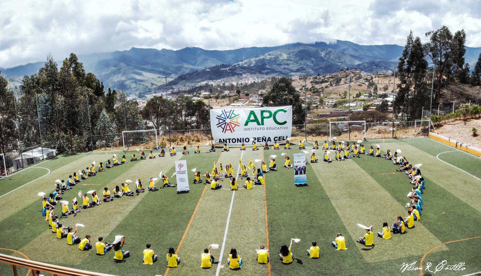 Estudiantes colegio APC símbolo de paz